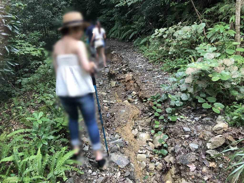 フナンギョの滝への道